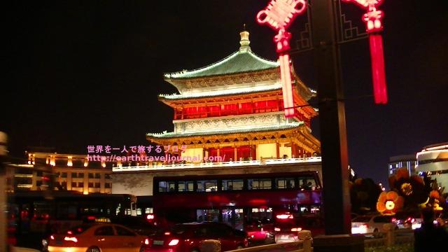 ライトアップされた西安のシンボル鐘楼