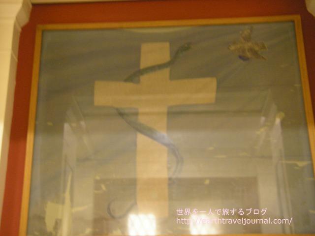 へびが巻き付いた十字架マーク