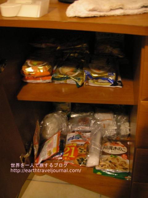 ホテルの棚に並べた味噌汁とインスタントラーメン