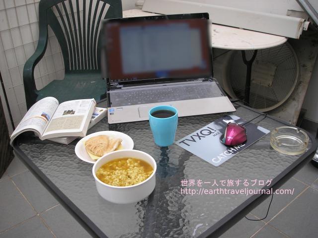 ホテルのテラスで自炊とパソコン