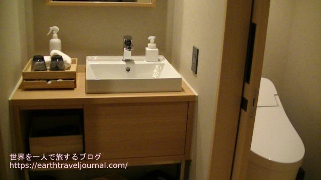 ONSEN RYOKAN 由縁 札幌の洗面台とトイレ